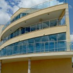 Коротко о самых популярных балконных ограждениях.