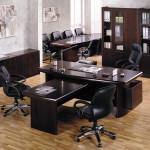 Оформление кабинета руководителя в эконом стиле.