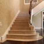 Лестницы и полы из натурального камня.