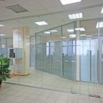 Где используются стеклянные перегородки и в чем их особенность.